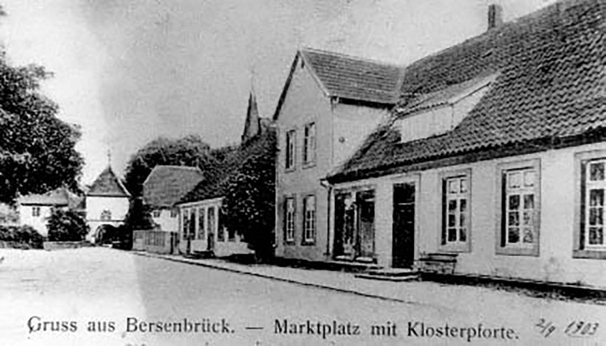 Marktplatz mit Klosterpforte und der späteren Markt-Apotheke im Jahre 1903