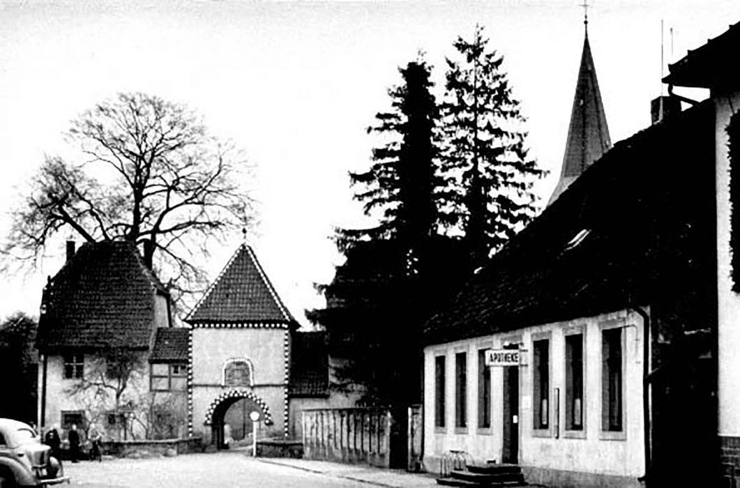 Marktplatz mit Klosterpforte und der  Markt-Apotheke Weihnachten 1954